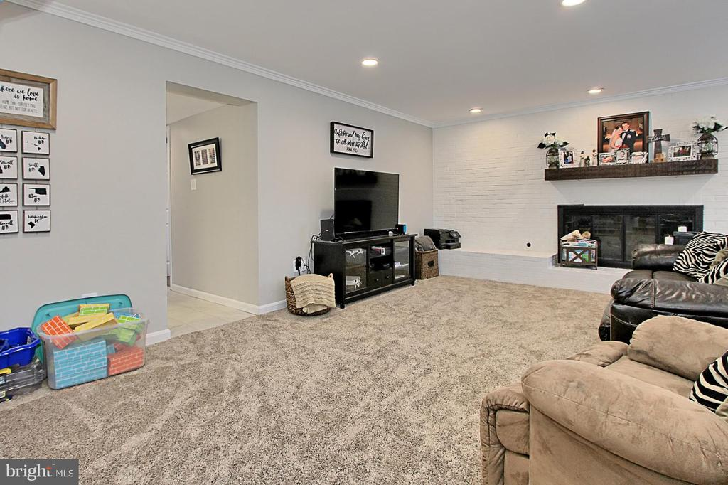 Family room with Gas Fireplace - 6714 NORVIEW CT, SPRINGFIELD