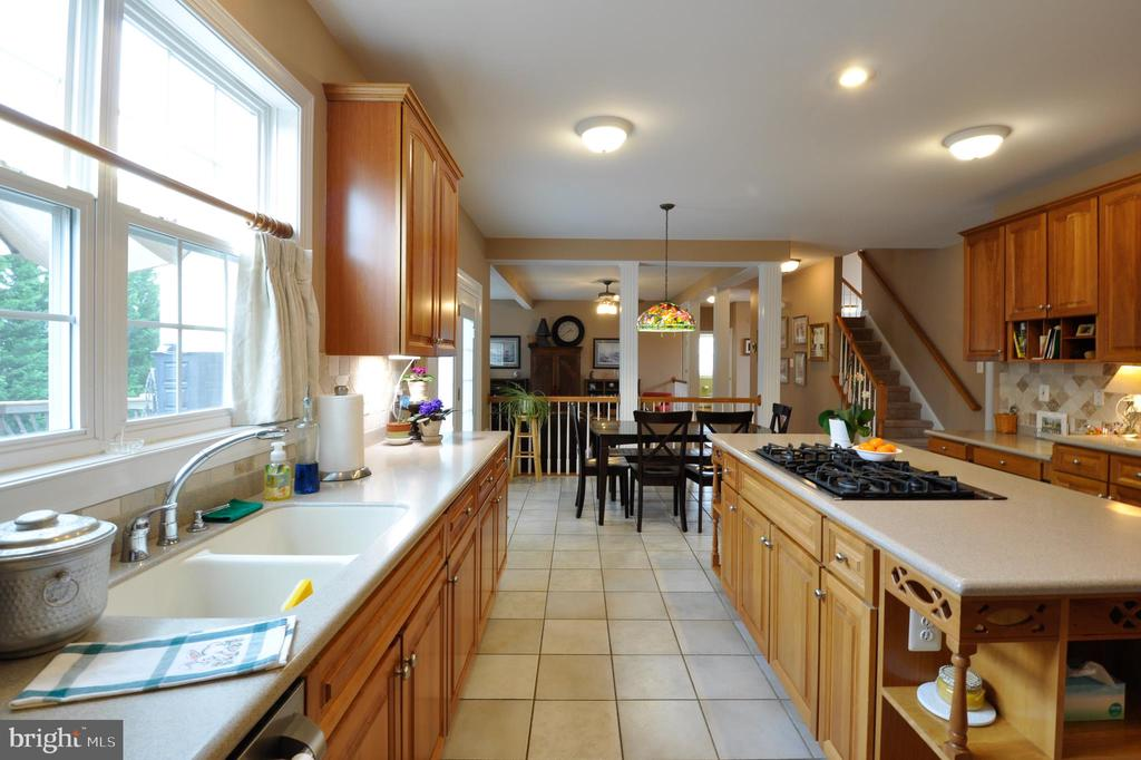 Corian counters, 75 ft of counter space - 26 PINKERTON CT, STAFFORD