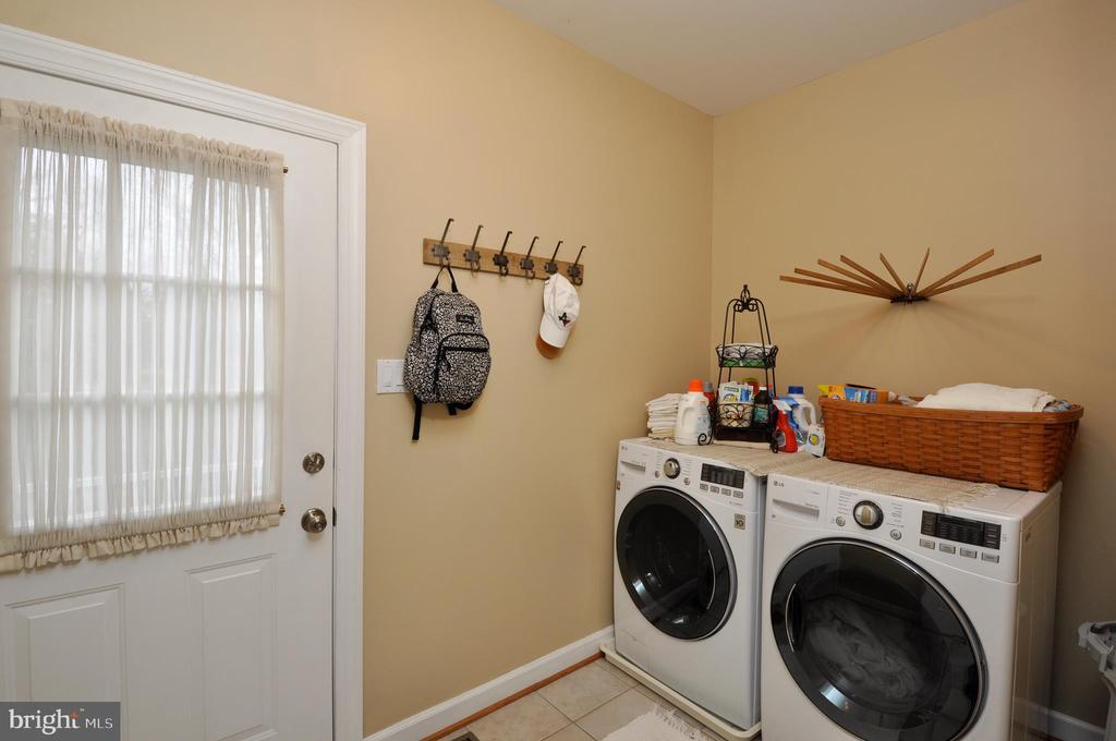 Laundry rm off the kit, side door leading driveway - 26 PINKERTON CT, STAFFORD