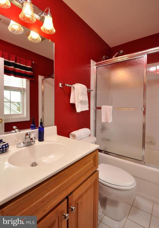 Full bath on suite bedroom 2 - 26 PINKERTON CT, STAFFORD