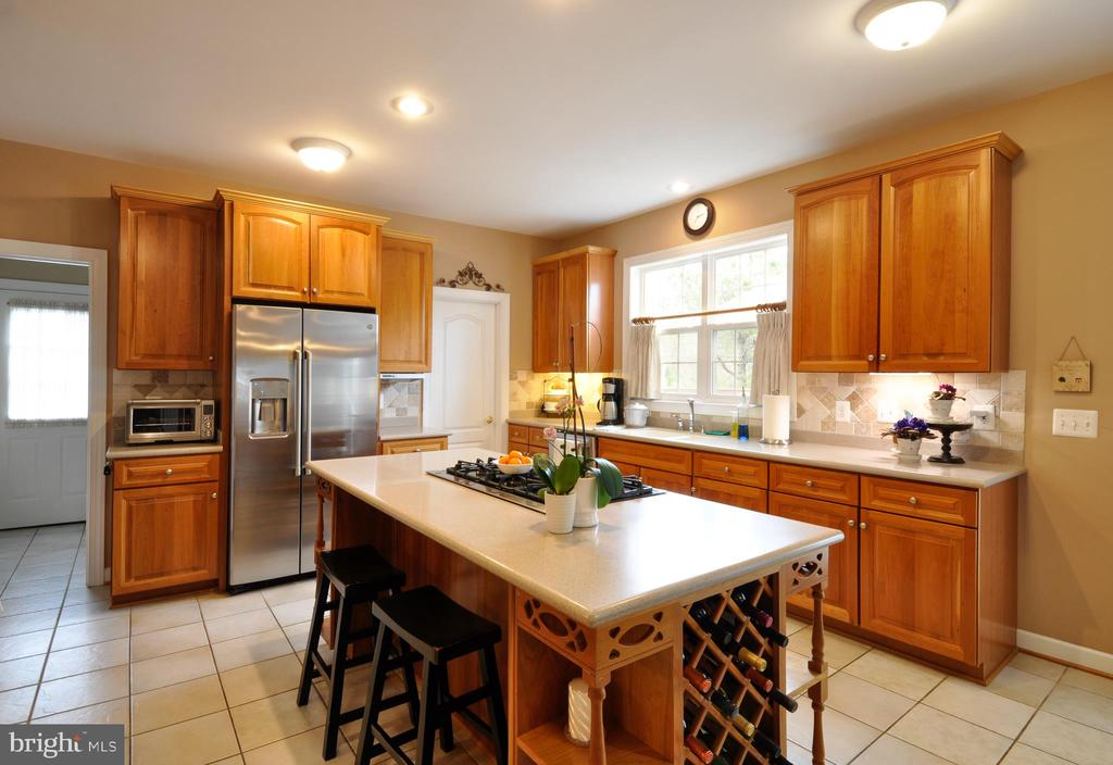 Island in the kitchen, gas cooktop - 26 PINKERTON CT, STAFFORD