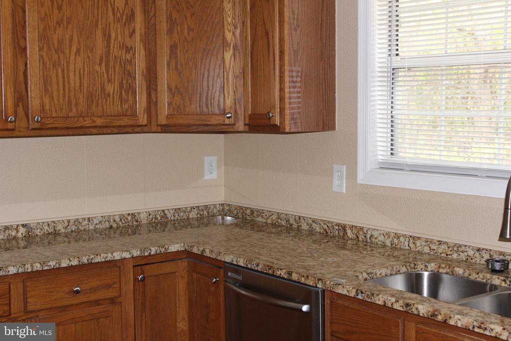 Newer granite - 13 HARRY CT, STAFFORD