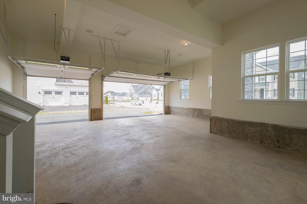 Oversized 3 car side load garage - 40871 HAYRAKE PL, ALDIE