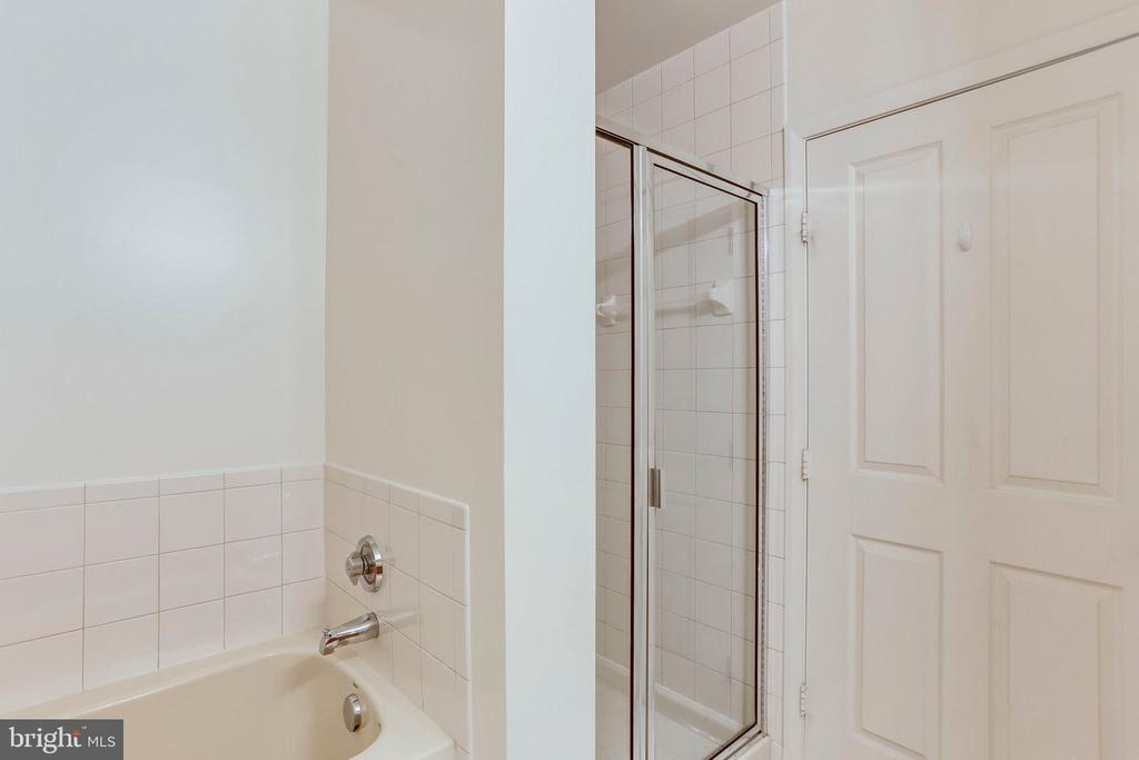Master bathroom with separate shower - 1201 N GARFIELD ST #PH06, ARLINGTON