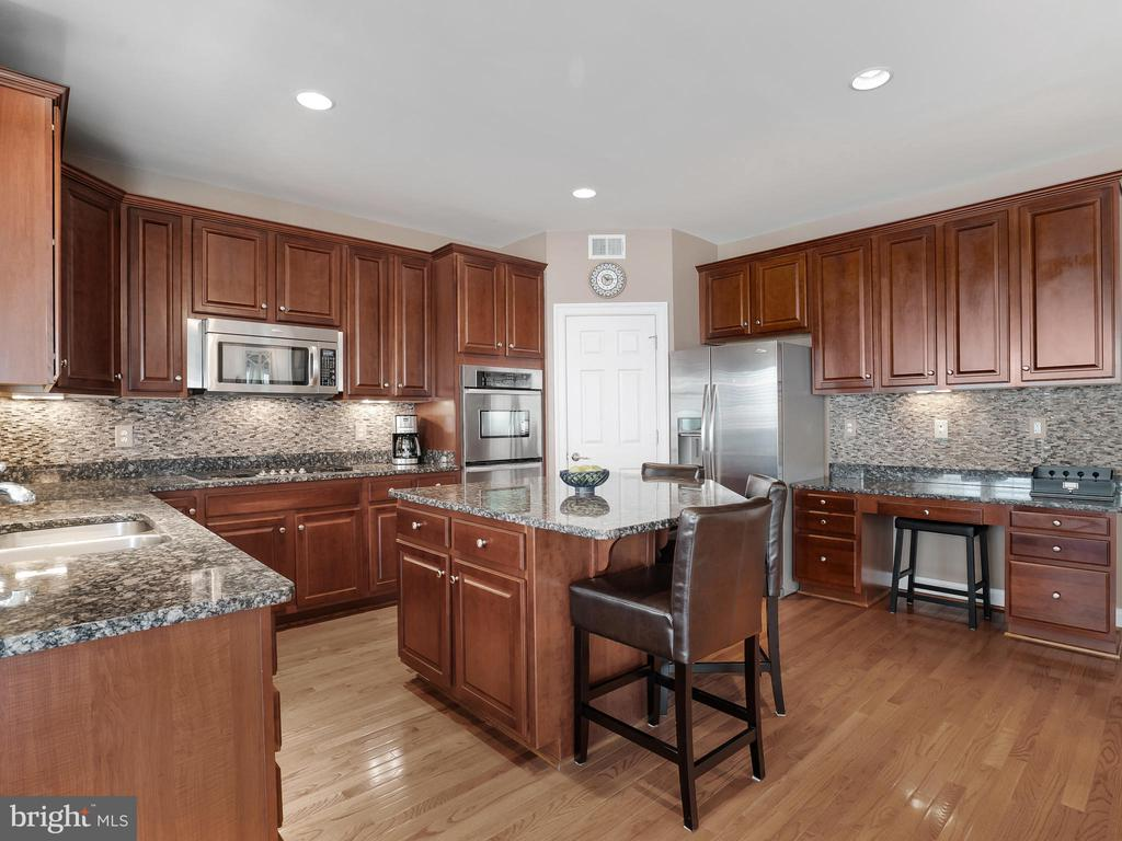 Gourmet Kitchen - 42612 WILLOW BEND DR, BRAMBLETON