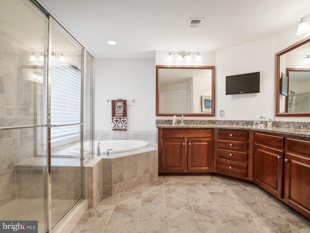 Relax in your Soaking Tub - 42612 WILLOW BEND DR, BRAMBLETON
