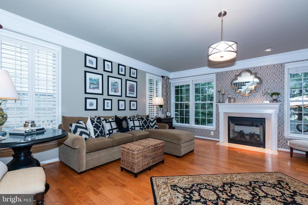 Perfect hardwoods throughout, updated lighting - 21528 INMAN PARK PL, ASHBURN