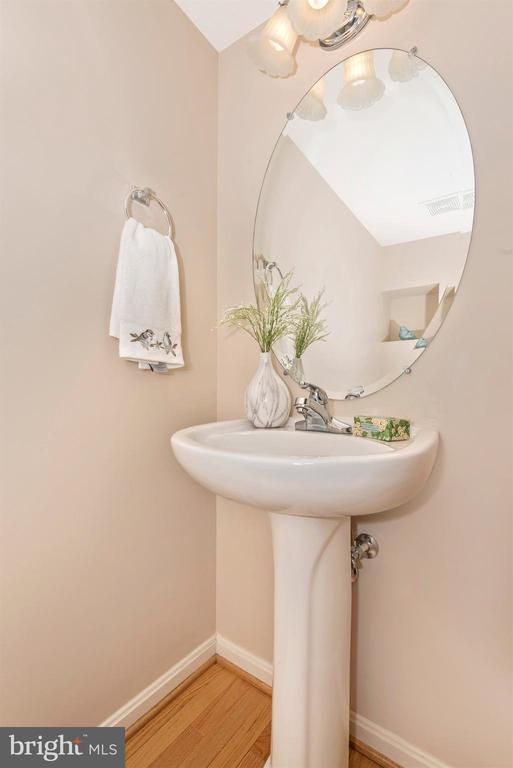 MAIN LEVEL POWDER ROOM - 305 GREEN FERN CIR, BOONSBORO