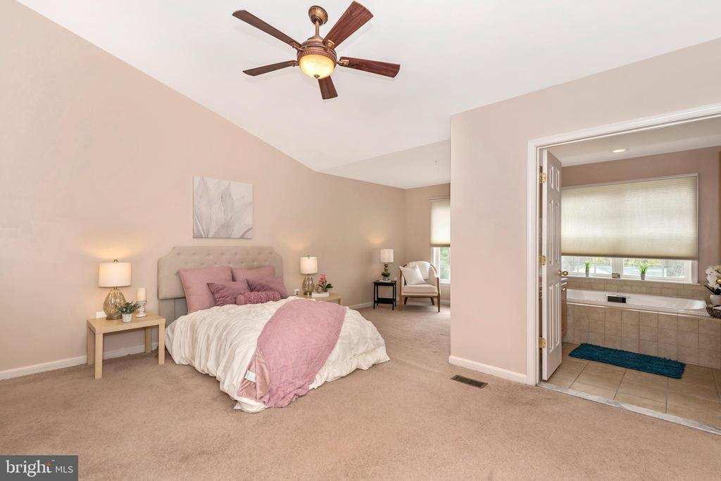 MASTER BEDROOM W/ SITTING AREA - 305 GREEN FERN CIR, BOONSBORO