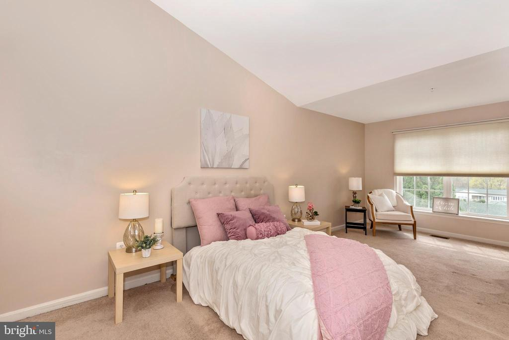 MASTER BEDROOM W/ VAULTED CEILINGS - 305 GREEN FERN CIR, BOONSBORO