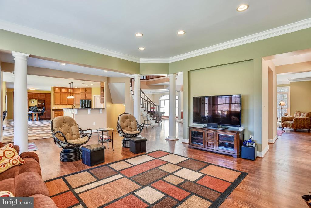 Relaxing Family Room with Easy Access to Kitchen - 15579 WOODGROVE RD, PURCELLVILLE