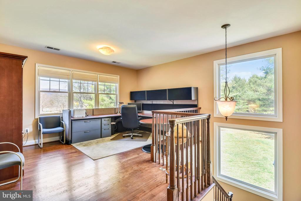 Upper Level Loft/Office with Back Staircase Access - 15579 WOODGROVE RD, PURCELLVILLE