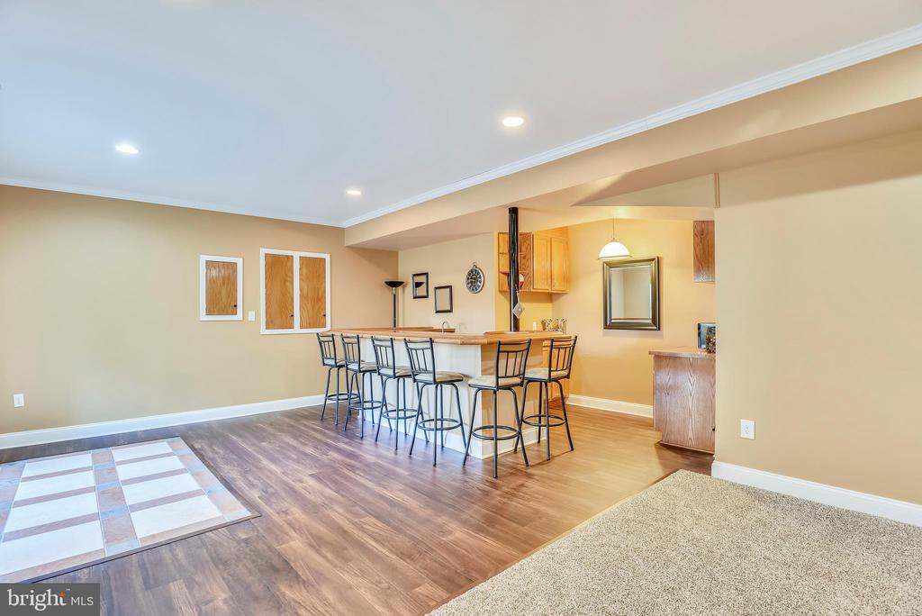 Wet Bar with Drink Refrigerator for Entertaining - 15579 WOODGROVE RD, PURCELLVILLE