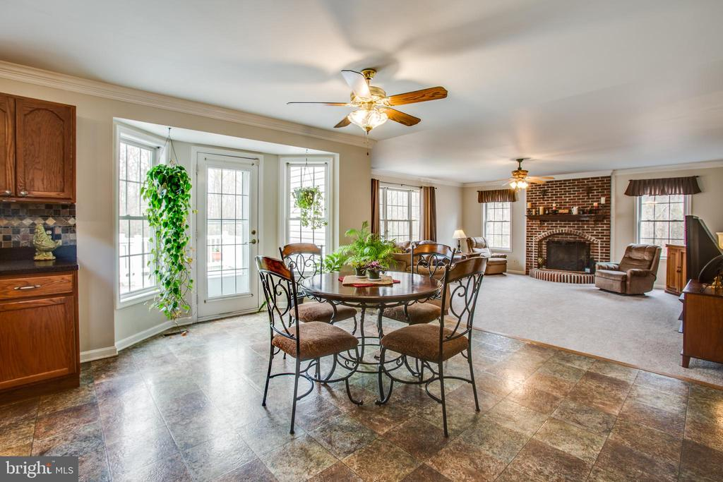 Eat in kitchen overlooking  the family room - 78 TIMBERIDGE DR, FREDERICKSBURG