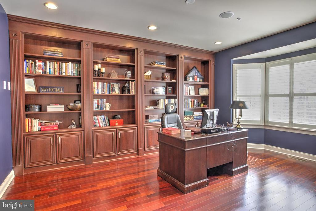 Private Library with Built in Bookcases - 4607 EXMOORE CT, UPPER MARLBORO