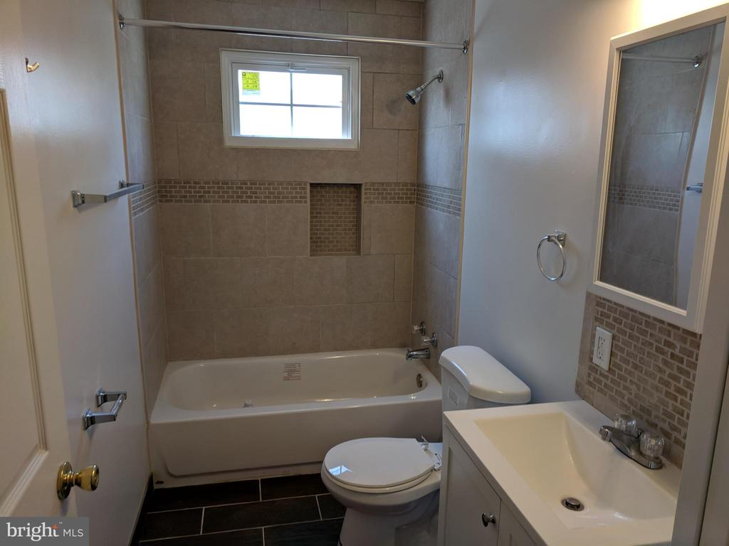 main level bath - 27 AKIN AVE, CAPITOL HEIGHTS