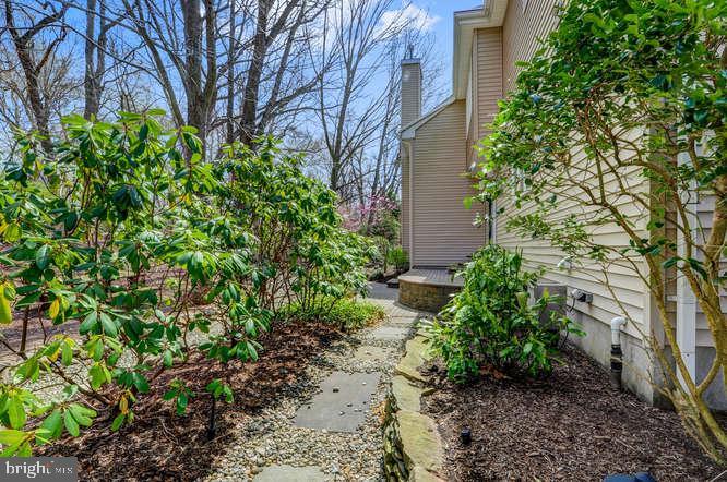 Side Walkway - 4 TERRY CT, HAMILTON