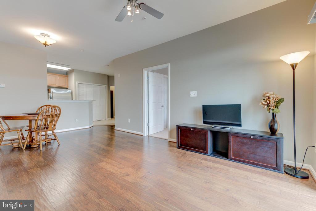 Very spacious living room - 21216 MCFADDEN SQ #205, STERLING