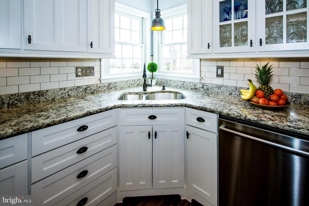 Glass cabinets, subway tiles and warm granite- - 14974 MERRITT FARM LN, LEESBURG