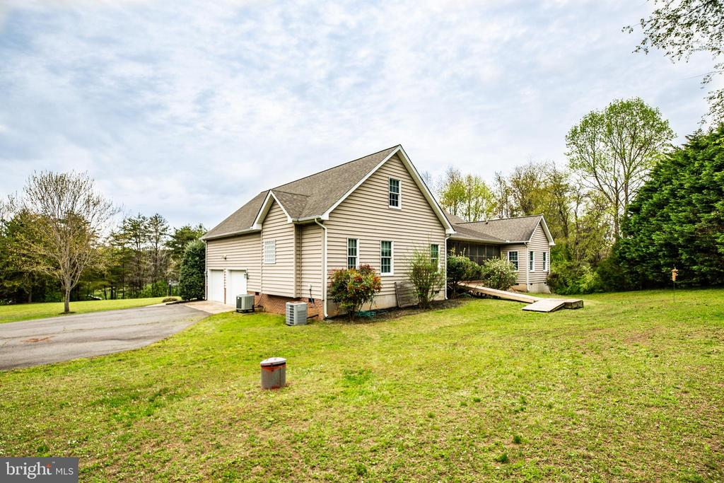 Side yard and 2 car side load garage - 7803 TRANQUILITY CT, SPOTSYLVANIA