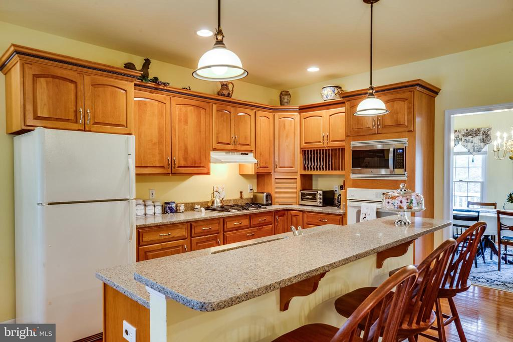 Inviting Kitchen with formal dining room too! - 7803 TRANQUILITY CT, SPOTSYLVANIA