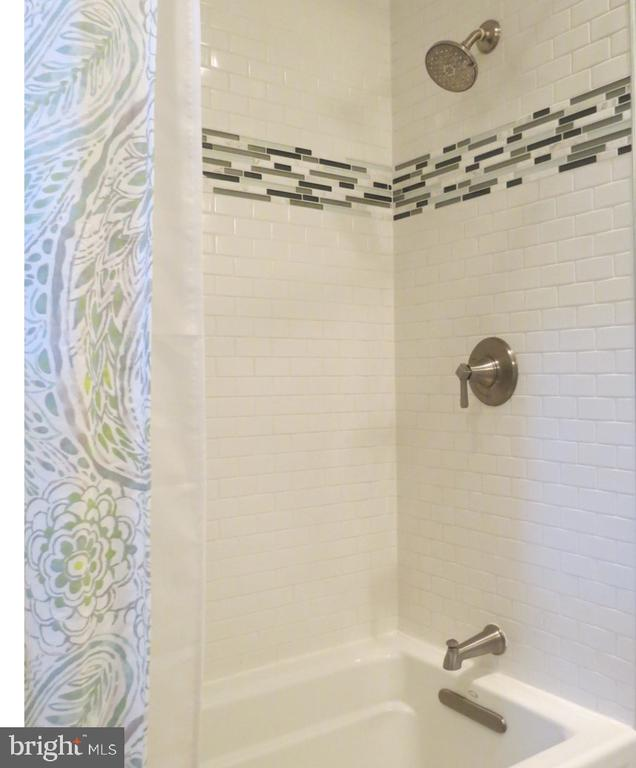 Hall Bath - Custom Porcelain Tile - 4345 BANBURY DR, GAINESVILLE