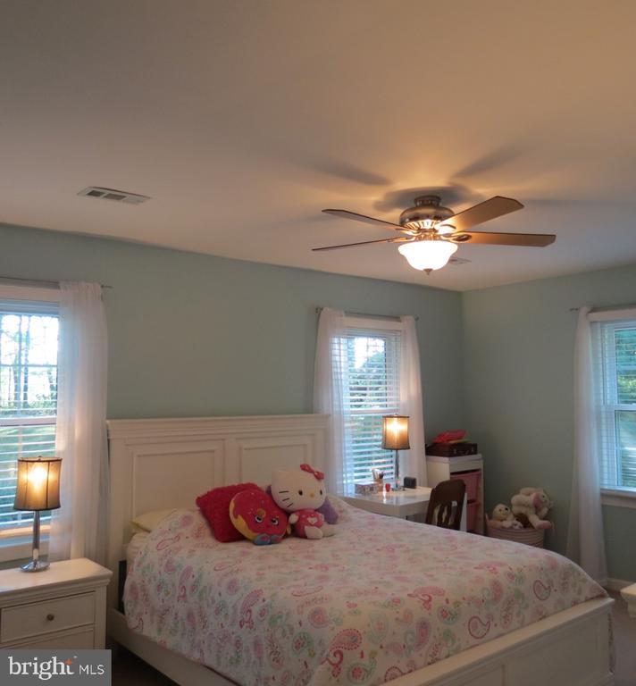 Upper Level Bedroom #2 - Double Closet - 4345 BANBURY DR, GAINESVILLE