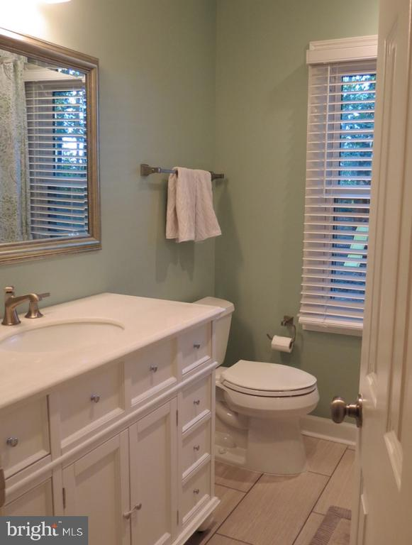 Upper Level Hall Bath - Renovated - 4345 BANBURY DR, GAINESVILLE
