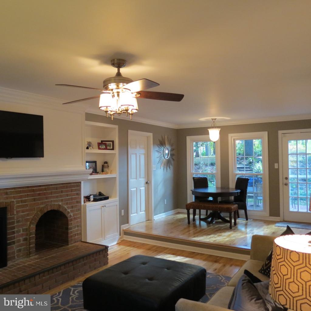Family Room - Built in Bookcases - Crown Molding - 4345 BANBURY DR, GAINESVILLE