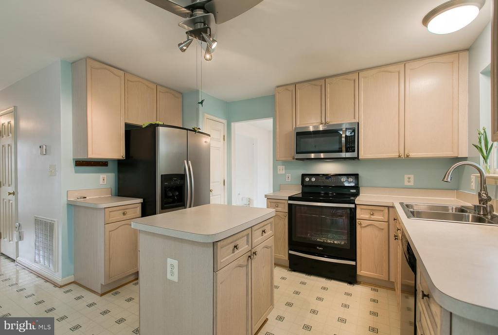Kitchen Island, Stainless appliances - 15 CAMEO LN, FREDERICKSBURG