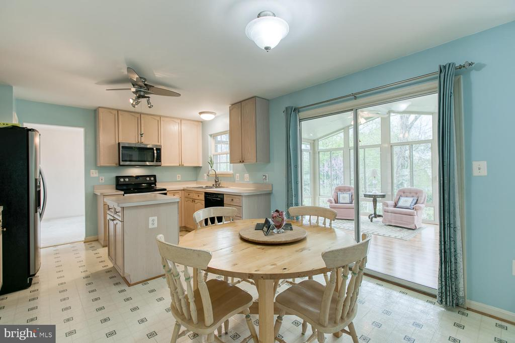 Eat-in Kitchen, opens to Sunroom - 15 CAMEO LN, FREDERICKSBURG