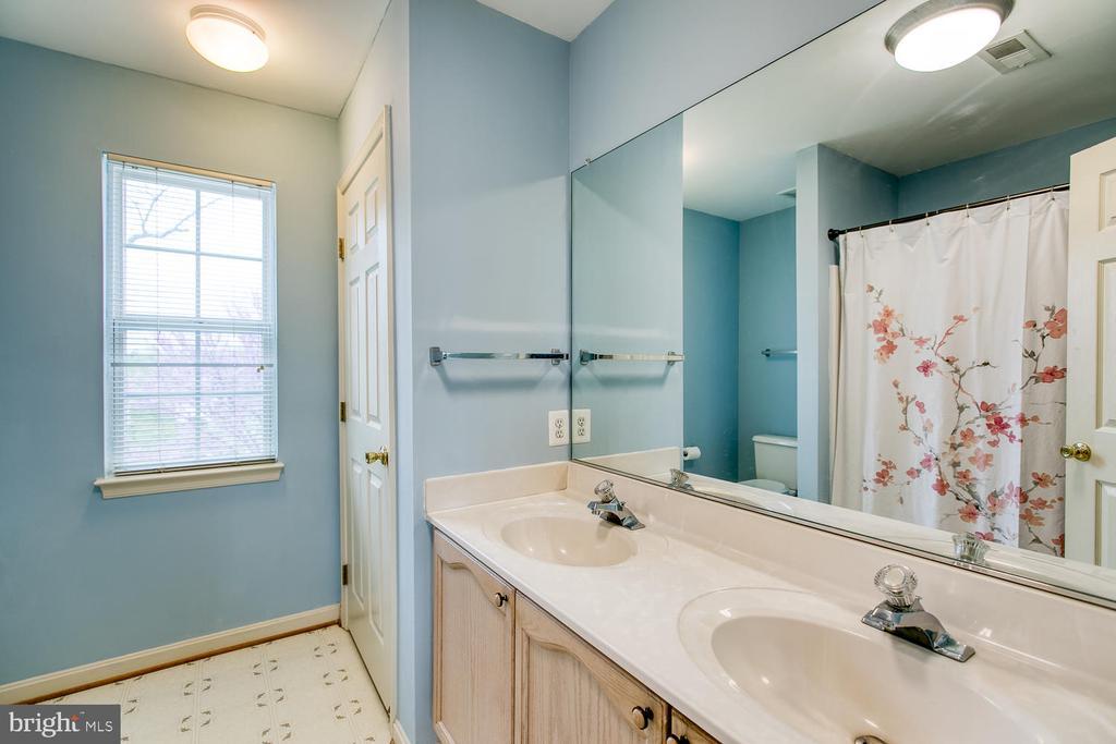 Master bath ensuite, double vanities - 15 CAMEO LN, FREDERICKSBURG