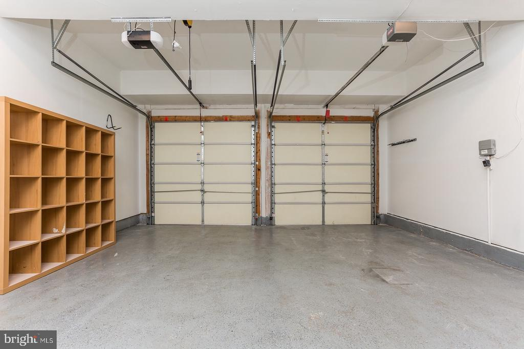 Garage with built in speaker system - 18911 MIATA LN, TRIANGLE