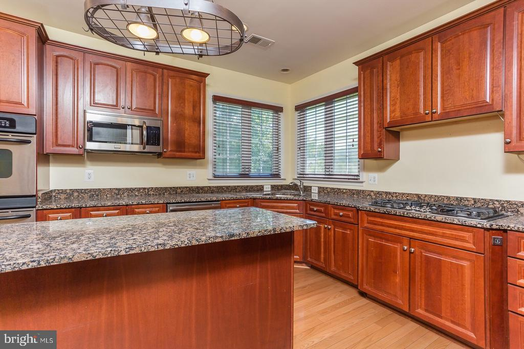 Gourmet kitchen with cherrywood cabinets - 18911 MIATA LN, TRIANGLE