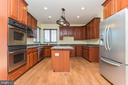 Granite counters & double oven - 18911 MIATA LN, TRIANGLE