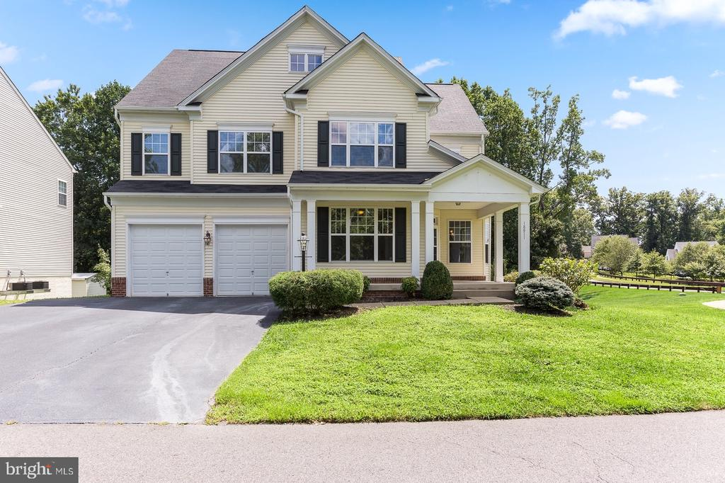 Beautiful home on a cul-de-sac - 18911 MIATA LN, TRIANGLE