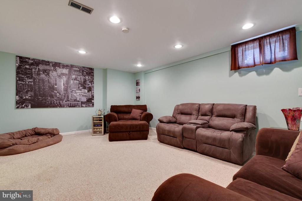 Spacious and fantastic is your family room! - 13677 BARREN SPRINGS CT, CENTREVILLE