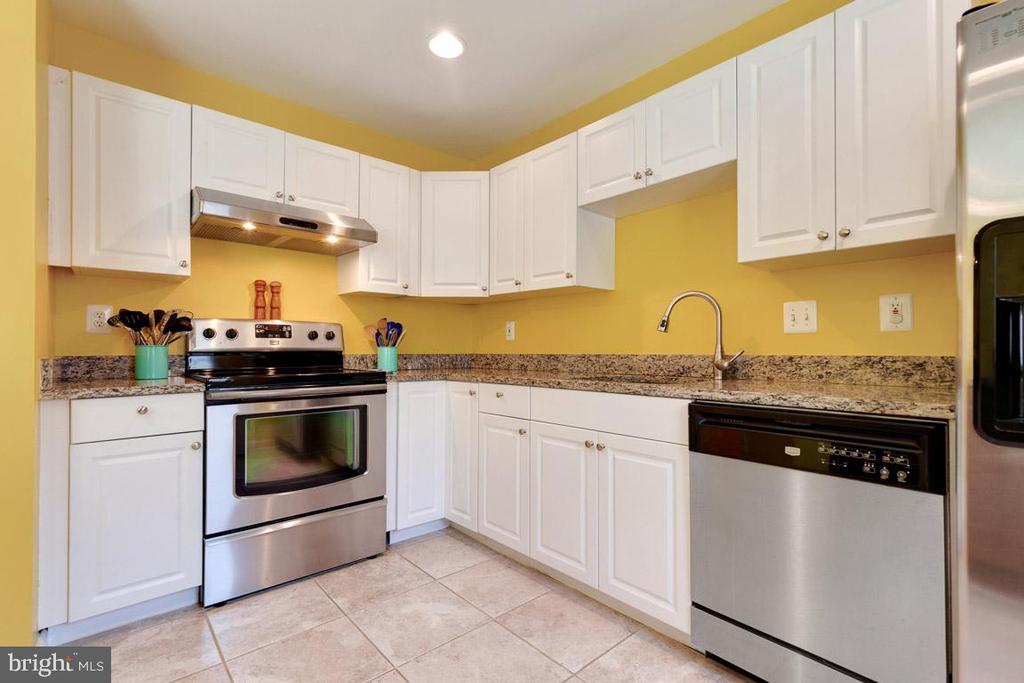 Stainless, granite countertops & white cabinets!! - 13677 BARREN SPRINGS CT, CENTREVILLE