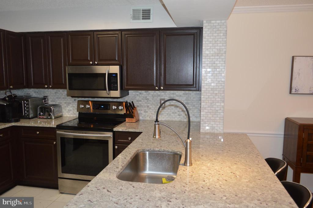 Updated kitchen with granite. - 2181 JAMIESON AVE #607, ALEXANDRIA