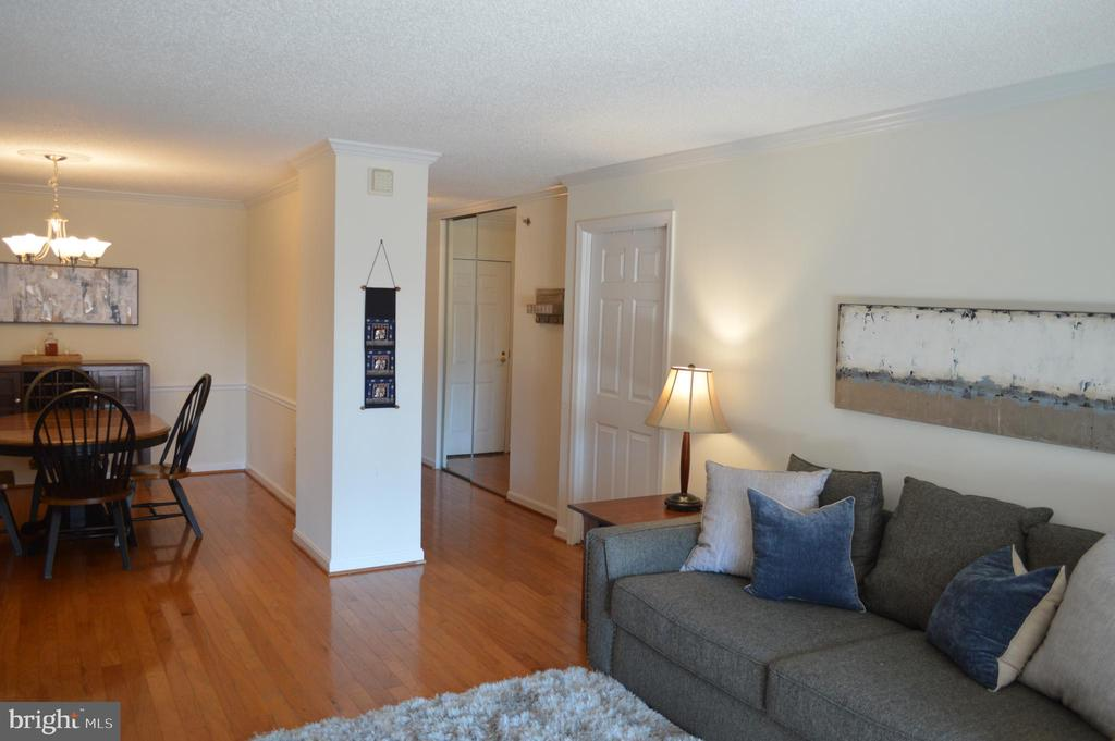 Open living space with a warm feel - 2181 JAMIESON AVE #607, ALEXANDRIA