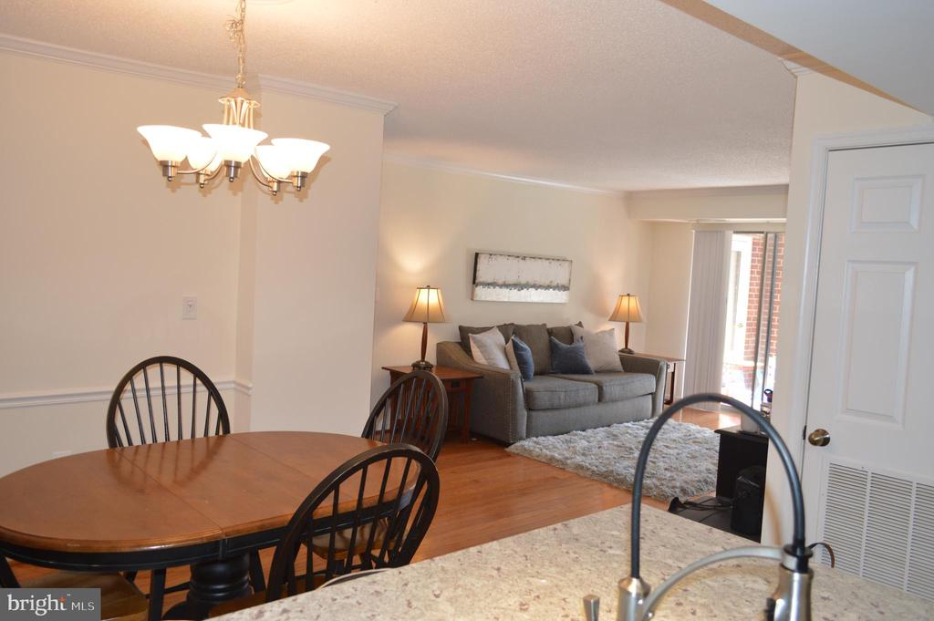 Sunlight streams in this open living space - 2181 JAMIESON AVE #607, ALEXANDRIA
