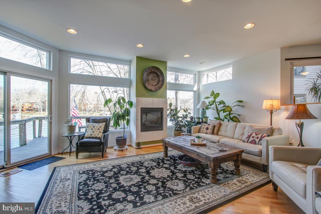 Gas Fireplace, wonderful windows, Deck access! - 2258 COMPASS POINT LN, RESTON