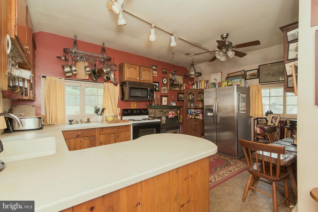 Cozy Kitchen - 36042 JOHN MOSBY HWY, MIDDLEBURG