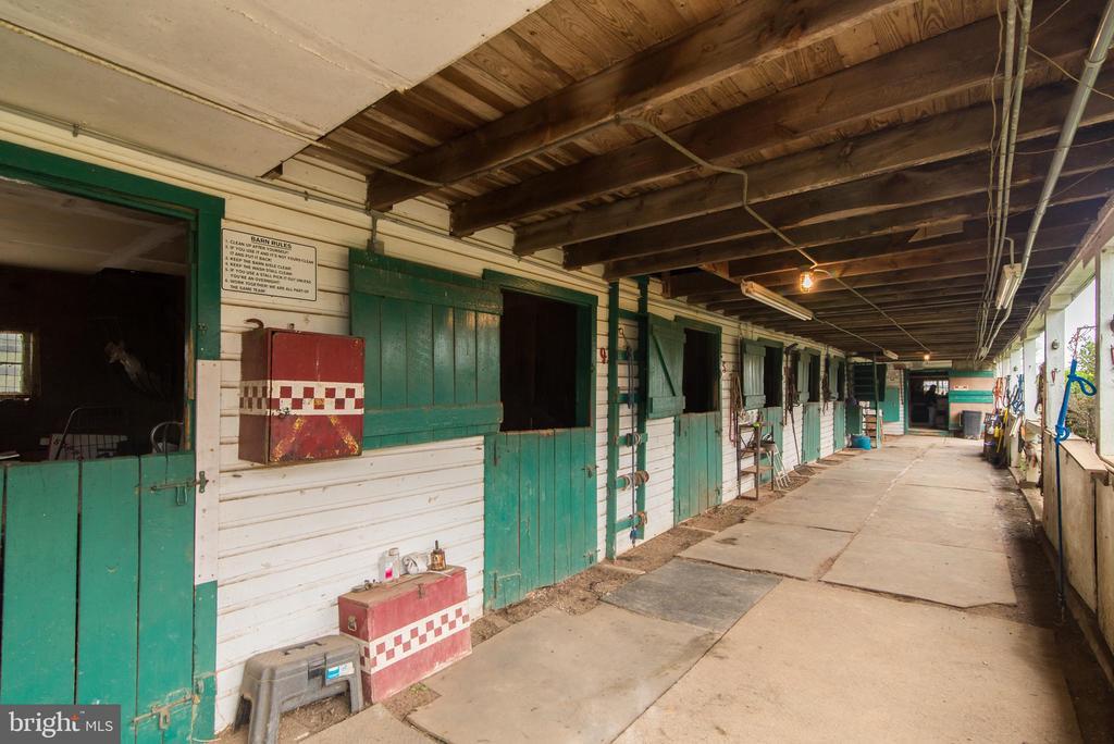 Barn aisle - 36042 JOHN MOSBY HWY, MIDDLEBURG