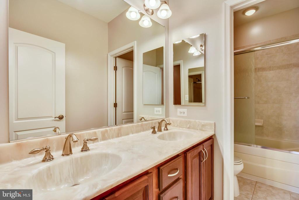 Upper Level Hall Bath with Double Sink Vanity - 15579 WOODGROVE RD, PURCELLVILLE