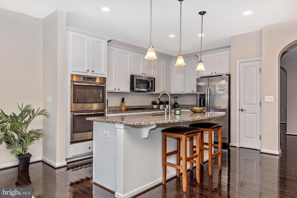 Huge kitchen island - great for entertaining - 2921 MILL ISLAND PKWY, FREDERICK