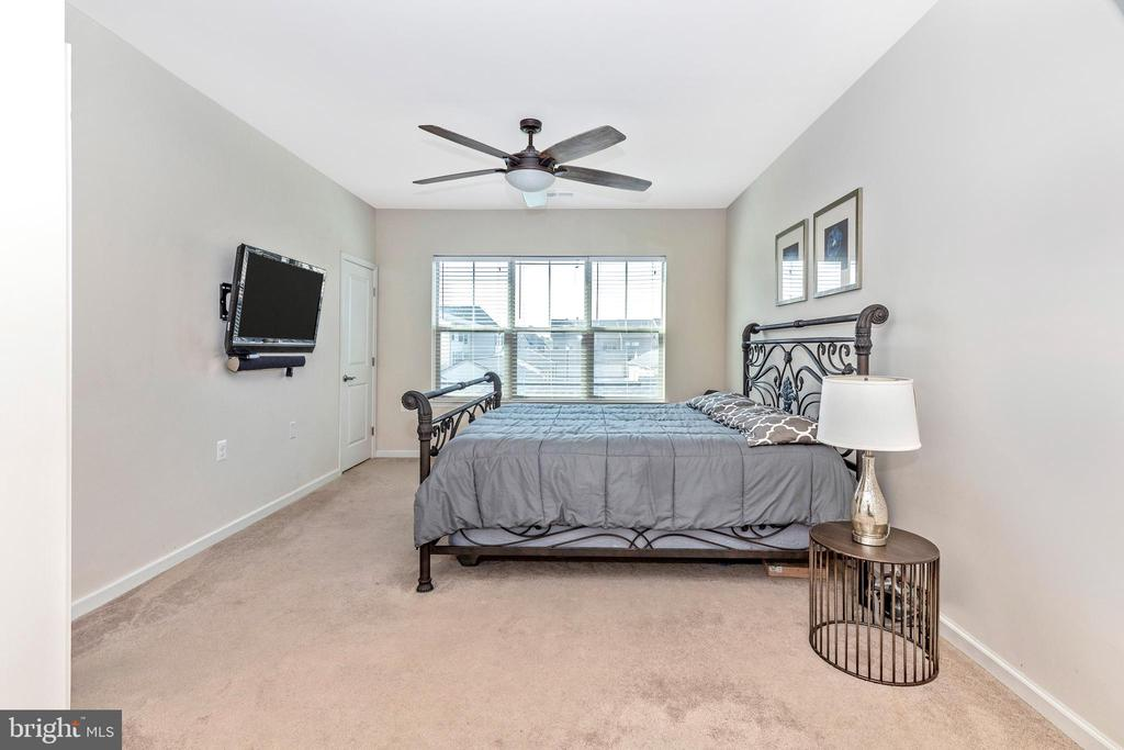 Large master bedroom - 2921 MILL ISLAND PKWY, FREDERICK