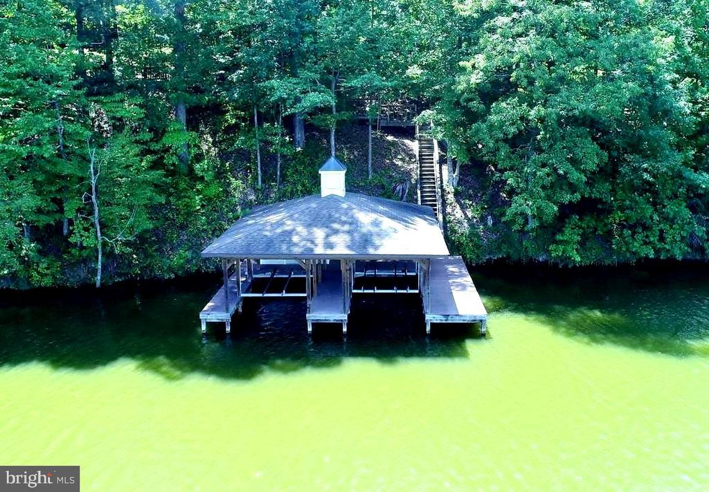 BOATHOUSE W/DUAL LIFTS & 150' OF WF - 110 WINDWAY DR, ORANGE