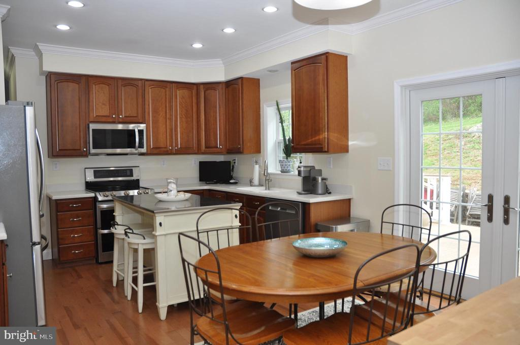 Cherry cabinets and new SS appliances - 38834 LIME KILN RD, LEESBURG