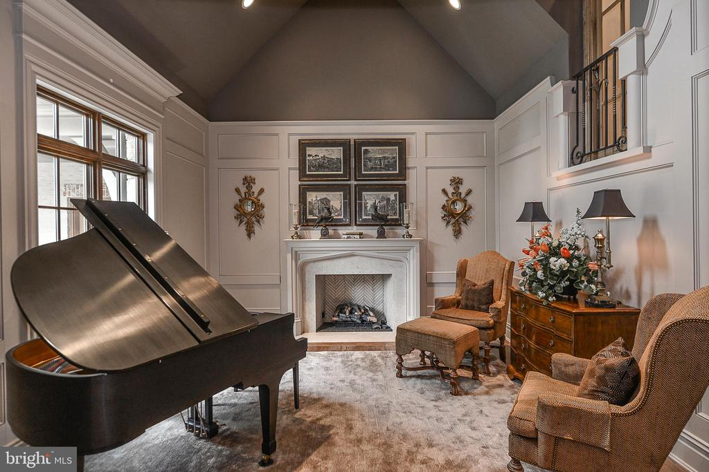 Conservatory with Dramatic 20 Ft Vaulted Ceilings - 6126 FRANKLIN PARK RD, MCLEAN
